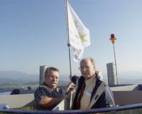 Regierungspräsident mit Jubiläumsflagge auf dem Turm