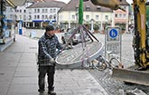 Dieter Saier mit dem Eichbergturmmosaik auf dem Emmendinger Marktplatz